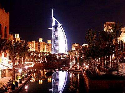 Burj al Arab v noci - V pozadí hotel Madinat Jumeirah