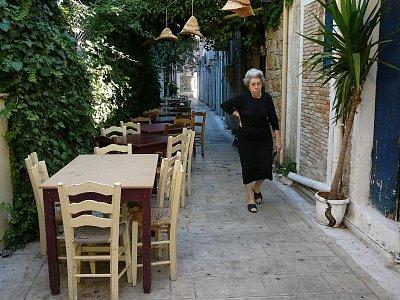 Lefkada - hl. město_6 - Krásná ulička s ještě krásnější ženou.