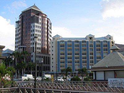 Moderní budovy na nábřeží
