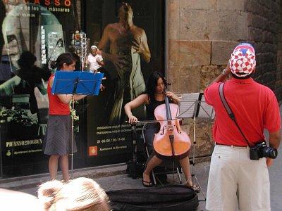 violončelistka před vchodem do Picasova musea (nahrál: Adam Svoboda)