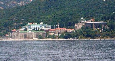 Kláštery při pobřeží - Na kostelní věži tohoto kláštera, bylo vidět na hodiny, které ukazují úplně odlišný čas než je v Řecku.  Čas na poloostrové je cca o dvě hodiny dopředu. (nahrál: Jitule)