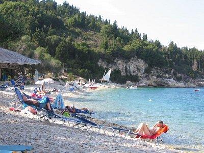 Pláž Monodendri - pěšky tak do 1h.Lehátka za poplatek, je tu taverna. Na výchdě je dřív stín. (nahrál: LenkaK)