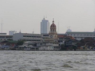 Kresťanský chrám - Ak vezmeme do úvahy,že 94% obyvateľov Thajska sú budhisti a krestiania majú v tejto krajine zastúppenie iba O,8%, je  aj tento kresťanský svätostánok ukážkou  neobyčajnej tolerancie občanov tejto krajiny k iným vierovýznaniam. (nahrál: V.Revický)