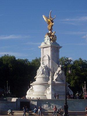 Památník před palácem (nahrál: admin)