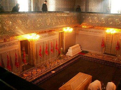 Mauzoleum Mohammeda V. - Mauzoleum Mohammeda V. ====================== Mauzoleum navrhl vietnamský architekt Vo Toan a jeho výstavba se stala jedním z nejprestižnějších projektů moderního Maroka. Pro maročany představuje významnou svatyni a jde o jednu z mála náboženských institucí, které může navštívit i nemuslim. (nahrál: Petr Kubík)
