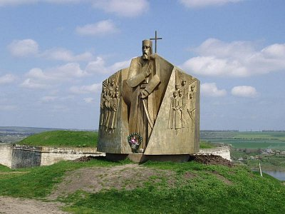 Chotyn - památník u vstupu do areálu (nahrál: Kamil Hainc)